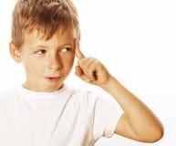 在白色关闭想出疲倦了哀伤隔绝的Litlle逗人喜爱的白肤金发的男孩,看起来有想法 免版税库存图片