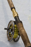 在白色关闭的用假蝇钓鱼标尺 免版税库存照片