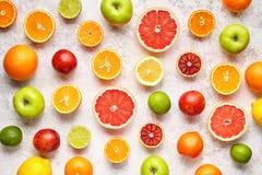 在白色具体桌上的柑桔样式 背景许多饺子的食物非常肉 吃健康 抗氧剂,戒毒所,节食,干净吃 库存照片
