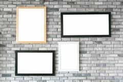 在白色具体wa的不同的大小和样式空的照片框架 库存图片