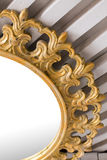 在白色内部关闭的古色古香的美丽的土气葡萄酒金镜子 库存图片