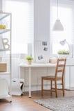 在白色内部的木椅子 免版税图库摄影