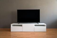 在白色内阁的平的LCD电视在客厅 免版税库存图片