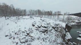 在白色冬天森林公路,有移动在山中的hicker的顶视图寄生虫空中英尺长度的人赛跑 启发 股票视频