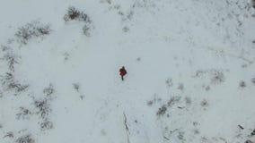 在白色冬天森林公路,有移动在山中的hicker的顶视图寄生虫空中英尺长度的人赛跑 启发 股票录像