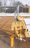 在白色冬天雪和冷淡的风景背景,冬季旅行的概念和冒险的旅游背包 免版税库存照片