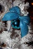 在白色冷杉木的圣诞节玩具 免版税库存图片