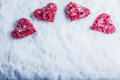 在白色冷淡的雪背景的四美好的浪漫葡萄酒心脏 爱和圣情人节概念 免版税图库摄影