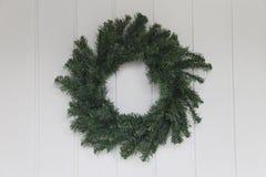 在白色前门的圣诞节花圈 库存照片