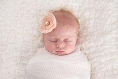 在白色包扎的女婴 免版税库存图片