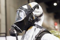 在白色化工预防衣服的氧气面罩 免版税库存照片