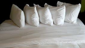 在白色卧具的白色枕头 免版税库存图片
