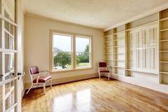 在白色口气的空的室内部与木架子 免版税库存照片