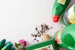 在白色台式的瓶和容器从事园艺的产品竞争 免版税库存照片