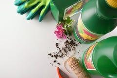 在白色台式的瓶和容器从事园艺的产品 库存图片