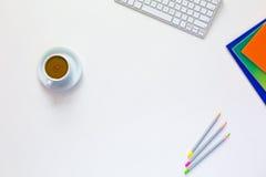 在白色台式视图的企业构成用美味咖啡 库存图片