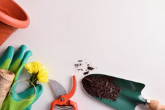 在白色台式视图的园艺工具构成 免版税图库摄影