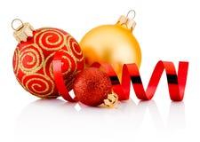 在白色后面和卷曲的纸隔绝的三个圣诞节中看不中用的物品 库存图片