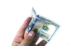 在白色后面地面和钱包图片的$ 100, 库存照片