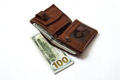 在白色后面地面和钱包图片的$ 100, 免版税图库摄影