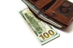 在白色后面地面和钱包图片的$ 100, 免版税库存照片