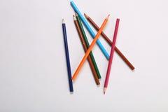 在白色后面地面的颜色铅笔 库存照片