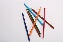 在白色后面地面的颜色铅笔 免版税库存照片