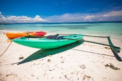 在白色含沙热带海滩的小船 免版税图库摄影