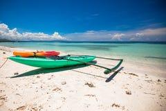 在白色含沙热带海滩的小船 免版税库存照片