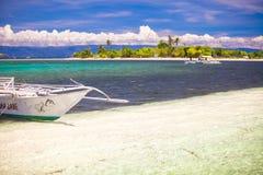 在白色含沙热带海滩的小船 库存图片