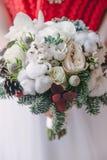 在白色吹风机新娘花束的仔细的审视  免版税库存照片