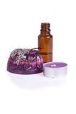 在白色和一个蜡烛查出的一块手工制造淡紫色肥皂 免版税库存照片