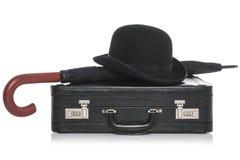 在白色和伞隔绝的圆顶硬礼帽briefcae 免版税库存照片