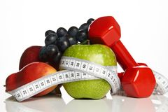 在白色和健康食物隔绝的健身设备 免版税库存照片