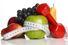 在白色和健康食物隔绝的健身设备 图库摄影