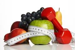 在白色和健康食物隔绝的健身设备 库存照片