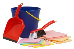 在白色和准备好和桶隔绝的刷子、铁锹春季大扫除 免版税库存照片