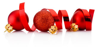 在白色和卷曲的纸隔绝的三个红色圣诞节中看不中用的物品 免版税库存图片