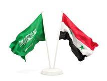 在白色和叙利亚的隔绝的两面挥动的旗子沙特阿拉伯 皇族释放例证