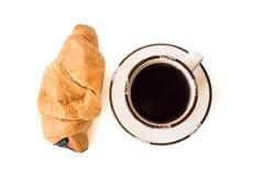 在白色和新月形面包隔绝的咖啡 库存照片