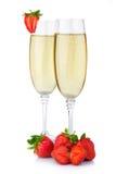 在白色和新鲜的草莓查出的二杯香槟 免版税库存照片