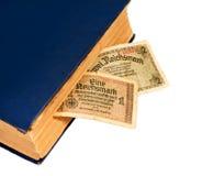 在白色和旧书隔绝的德国马克票据德国 免版税库存照片