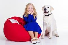 在白色和狗隔绝的儿童女孩 库存图片