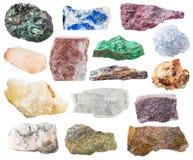 在白色和石头隔绝的许多自然岩石 免版税库存图片