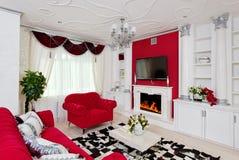 在白色和红颜色的古典客厅内部 免版税库存图片