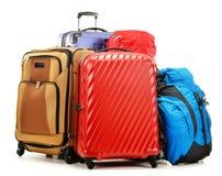 在白色和背包隔绝的手提箱 库存照片