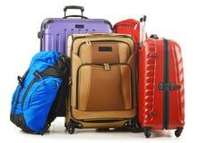 在白色和背包隔绝的手提箱 免版税图库摄影