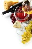 在白色和葡萄隔绝的杯红色和白葡萄酒、乳酪 免版税图库摄影