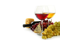 在白色和葡萄隔绝的杯红色和白葡萄酒、乳酪 库存照片