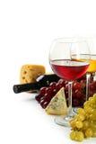 在白色和葡萄隔绝的杯红色和白葡萄酒、乳酪 图库摄影